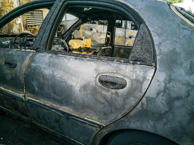 Voiture brûlée dans la rue