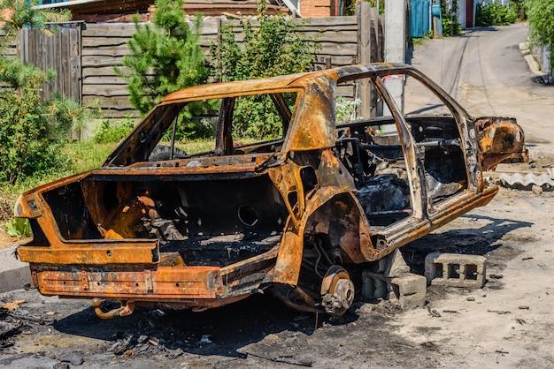 Voiture brûlée garée dans la rue