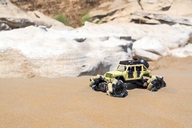 Voiture buggy radiocommandée avec moteur électrique sur le sable. rallye hors route