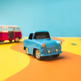 Voiture et bus miniatures vintage de couleur tendance, concept de voyage