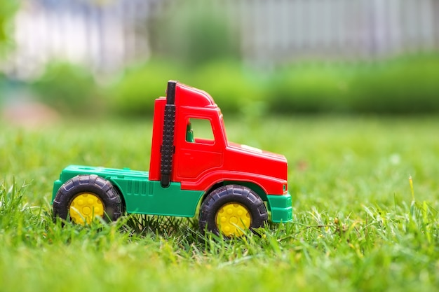 La voiture de camion de jouet sur le pré vert.