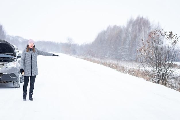 Voiture cassée à l'extérieur sur route d'hiver