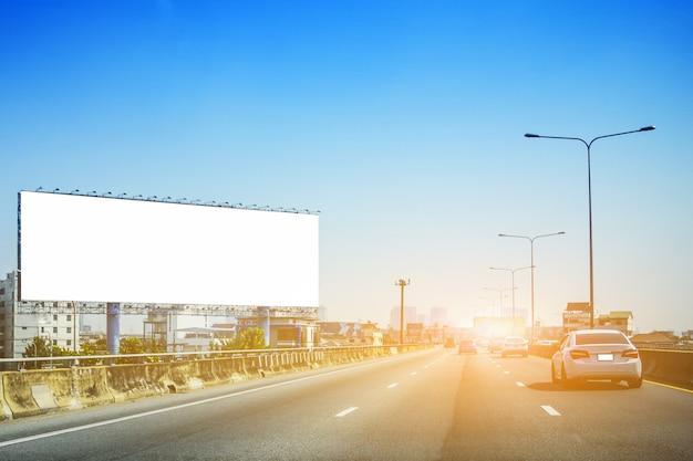 Voiture conduite dans la rue au coucher du soleil