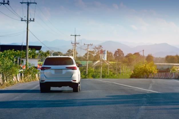 Voiture conduite sur route et petit siège auto sur la route utilisé pour des trajets quotidiens