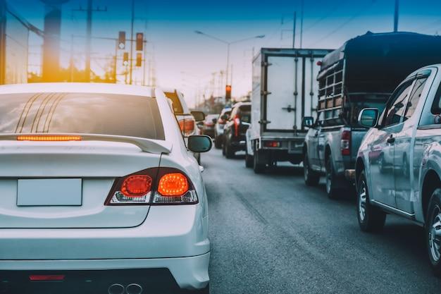 Voiture conduite sur route, voiture garée sur route