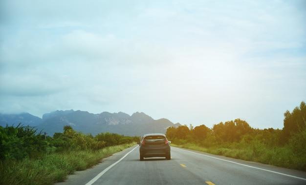 Voiture conduite sur route
