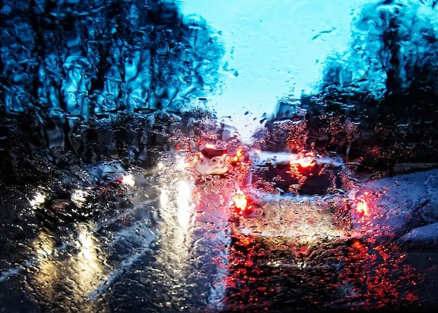 Voiture conduite sous la pluie et l'orage abstrait