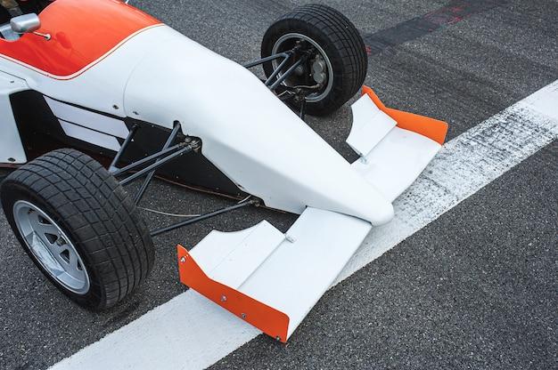 Voiture de course de formule sur la piste avant la ligne d'arrivée