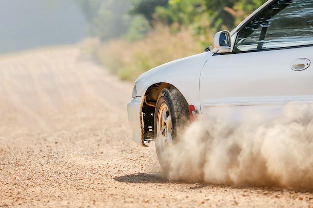 Voiture de course de rallye sur un chemin de terre.