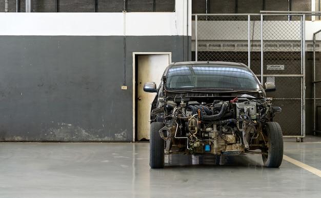 Voiture dans un centre de réparation automobile avec flou artistique et lumière en arrière-plan