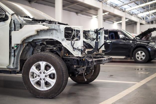 Voiture dans un centre de réparation automobile