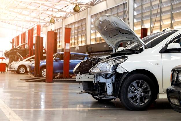 Voiture dans un centre de service de réparation automobile avec flou artistique et lumière en arrière-plan