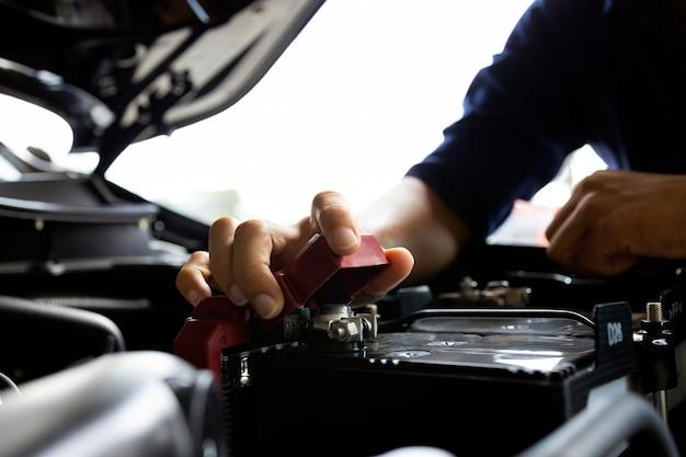 Voiture dans le centre de service de réparation automobile