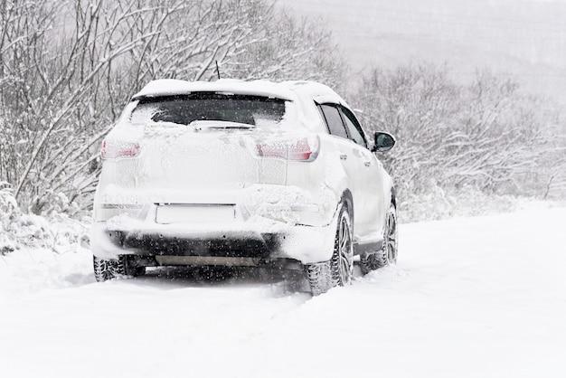 Voiture dans la neige