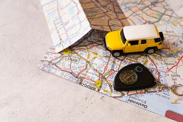 Voiture de décoration de voyage sur la carte de belgique