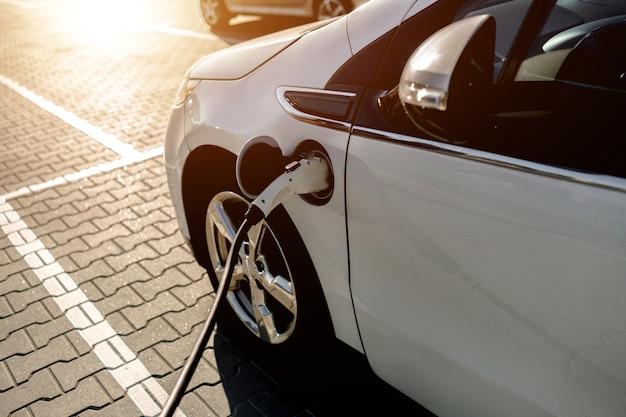 Voiture électrique, borne de recharge dans la rue, dans le parking centre commercial