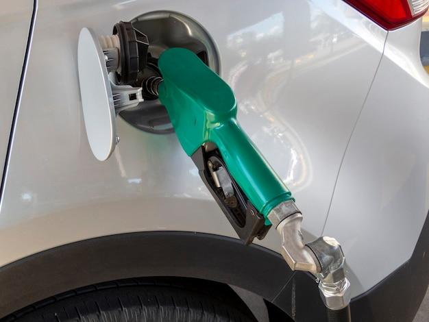Voiture faisant le plein d'essence ou d'éthanol