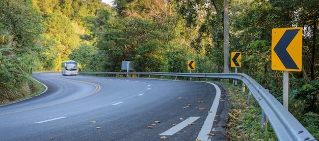 Voiture floue sur la route forestière