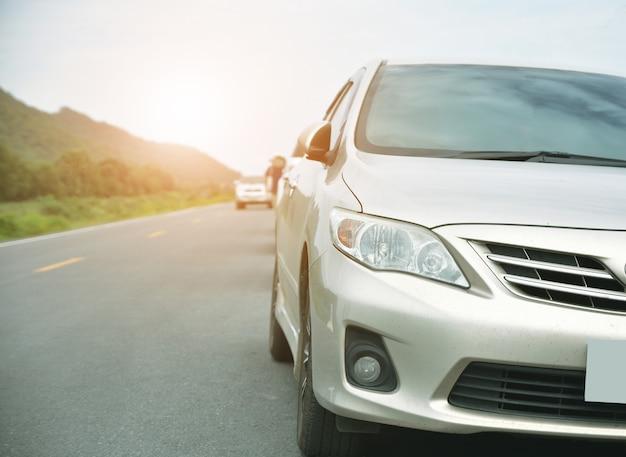 Voiture garée sur la route et petit siège auto sur la route utilisé pour les déplacements quotidiens