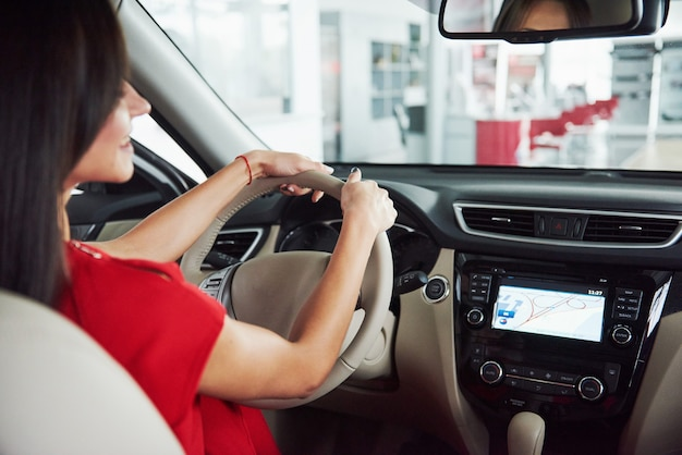Voiture intelligente et internet des objets iot concept. le doigt pointe vers la console de la voiture et les icônes surgissent de l'écran