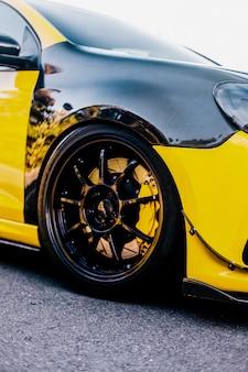 Voiture jaune jaune et autoréglage des roues.