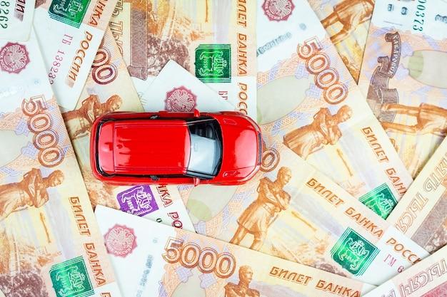 Voiture de jouet sur l'argent