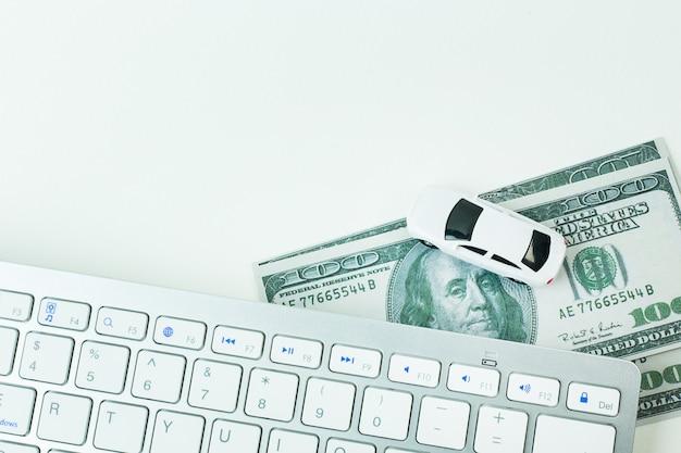 La voiture de jouet blanche et l'ordinateur du clavier bouchent le fond de l'image.