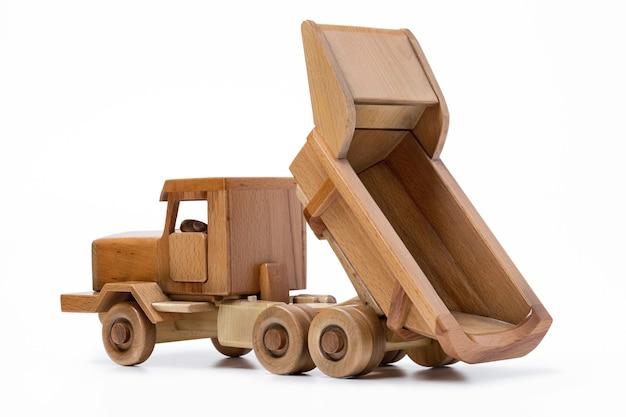 Voiture jouet en bois sur surface blanche