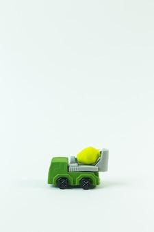 La voiture de jouet de construction sur l'image de fond blanc.