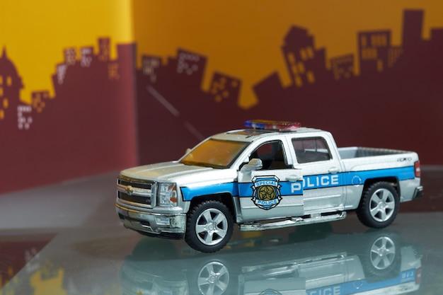 Voiture de jouet dans le concept de police sur la ville flou