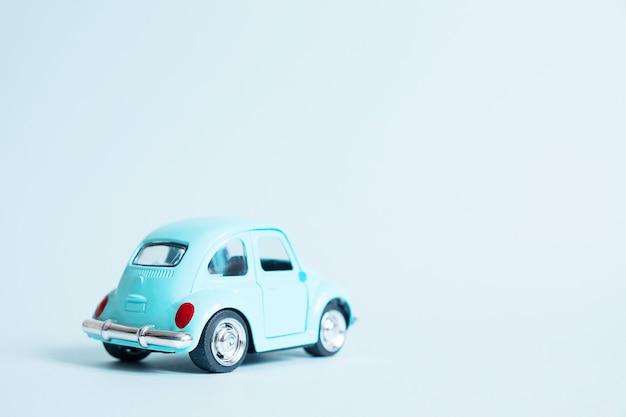 Voiture de jouet rétro bleu sur bleu