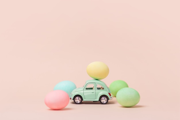 Voiture jouet rétro vert clair porte oeuf de pâques.