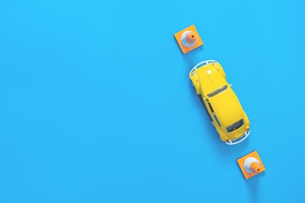 Voiture de jouet de style affiche pour l'examen de conduite de l'école d'essai sur bleu