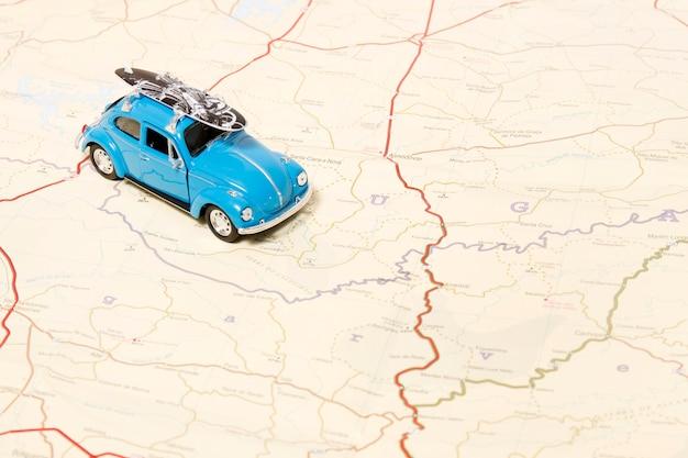 Voiture jouet vintage sur une carte