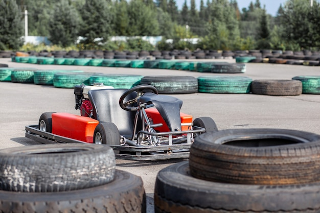 Une voiture de karting se tient sur l'autoroute et attend le conducteur. voitures de karting pour enfants et adultes.