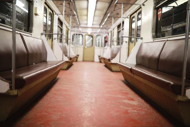 Voiture de métro avec sièges vides. voiture de métro vide.