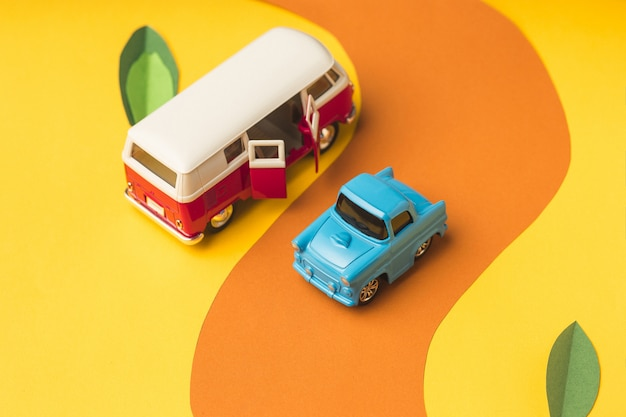 Voiture miniature vintage et bus de couleur tendance, concept de voyage