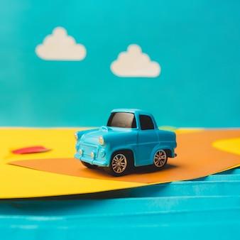 Voiture miniature vintage dans un faux paysage