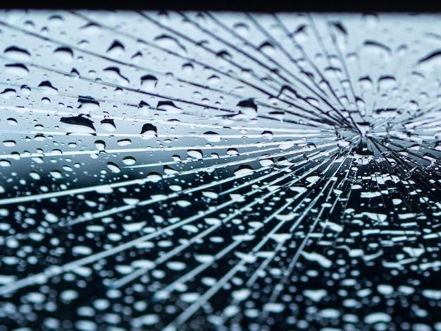 Voiture miroir fissure le jour de pluie