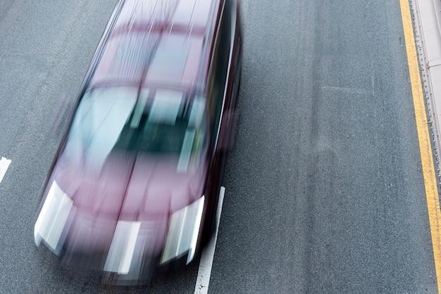 Voiture en mouvement sur la route vue de dessus