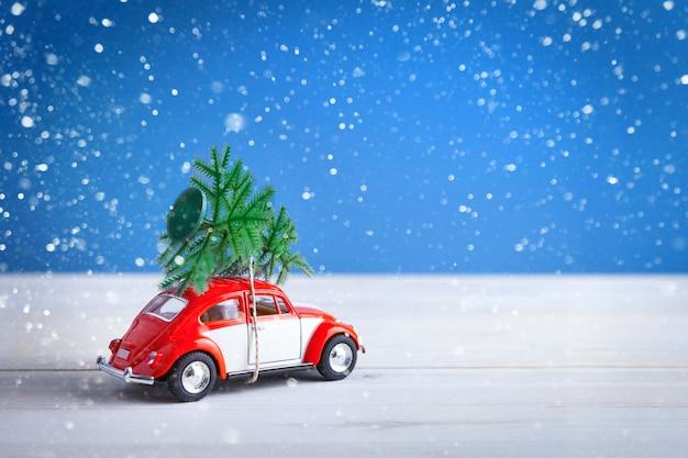 La voiture de noël visite la maison avec des cadeaux