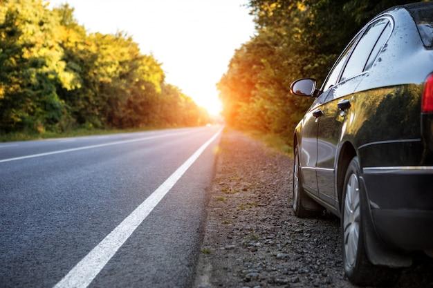 Voiture noire sur route asphaltée
