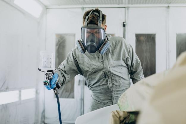 Voiture de peinture de mécanicien de voiture avec le pistolet de pulvérisation