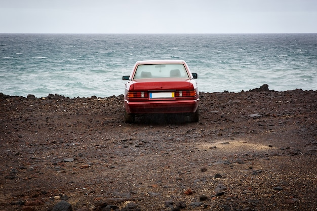 La voiture près de l'océan, côte rocheuse.