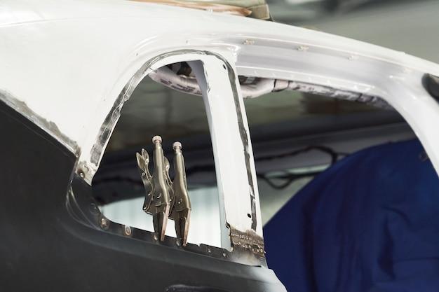 Voiture prête à être réparée dans un atelier de réparation automobile