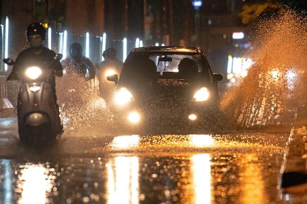 Une voiture qui va vite sur une route aqueuse
