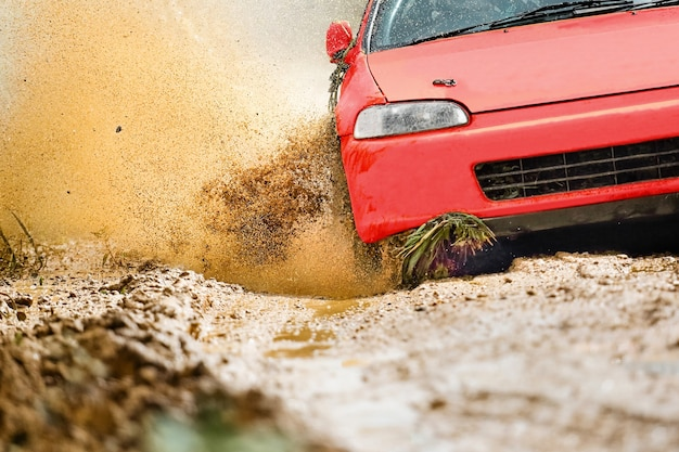 Voiture de rallye en piste