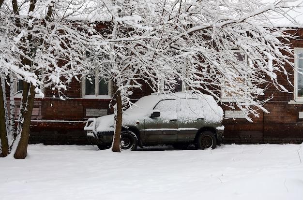 Voiture recouverte d'une épaisse couche de neige.