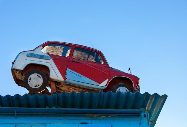 Voiture rétro sur un toit