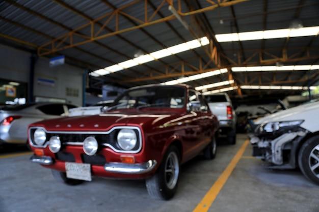 Voiture rouge dans le garage pour des images d'arrière-plan flou